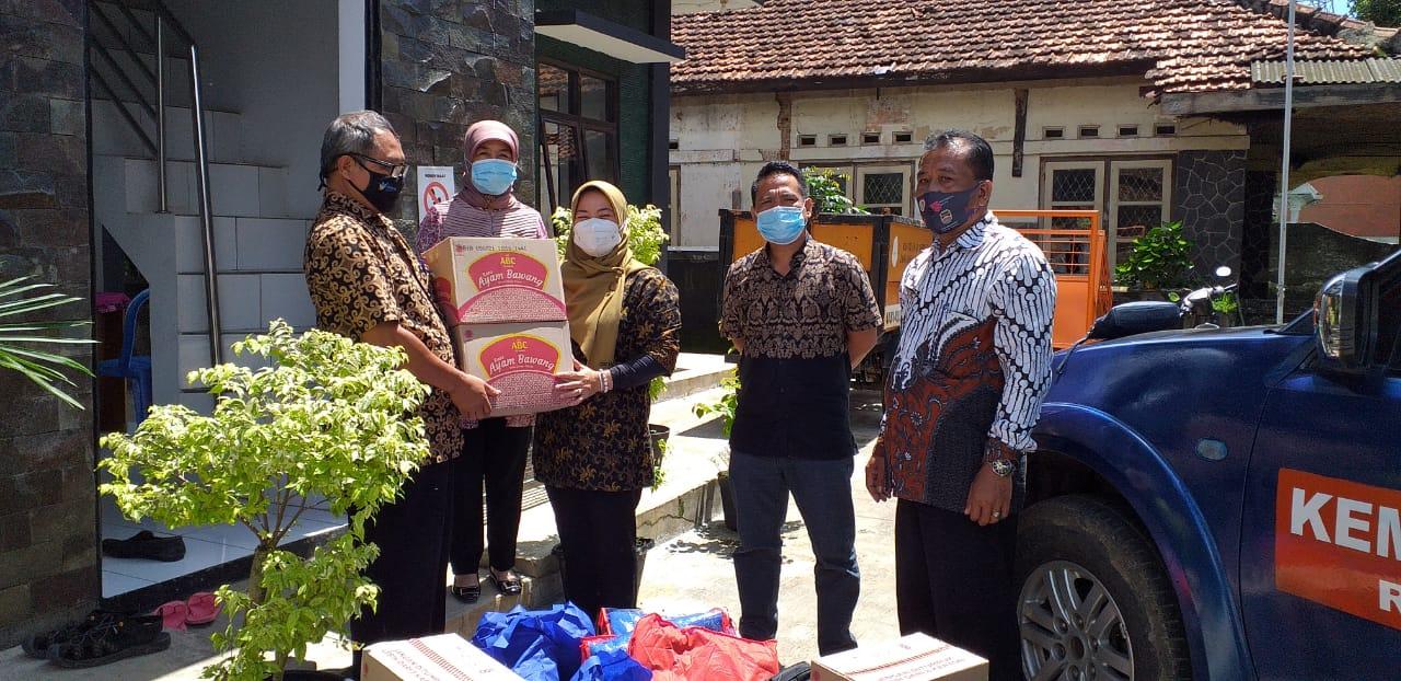Kamis, 11 Februari 2021 Pemberian Bantuan Sosial Kepada Warga Korban Bencana Alam di Kelurahan Nagri Kidul