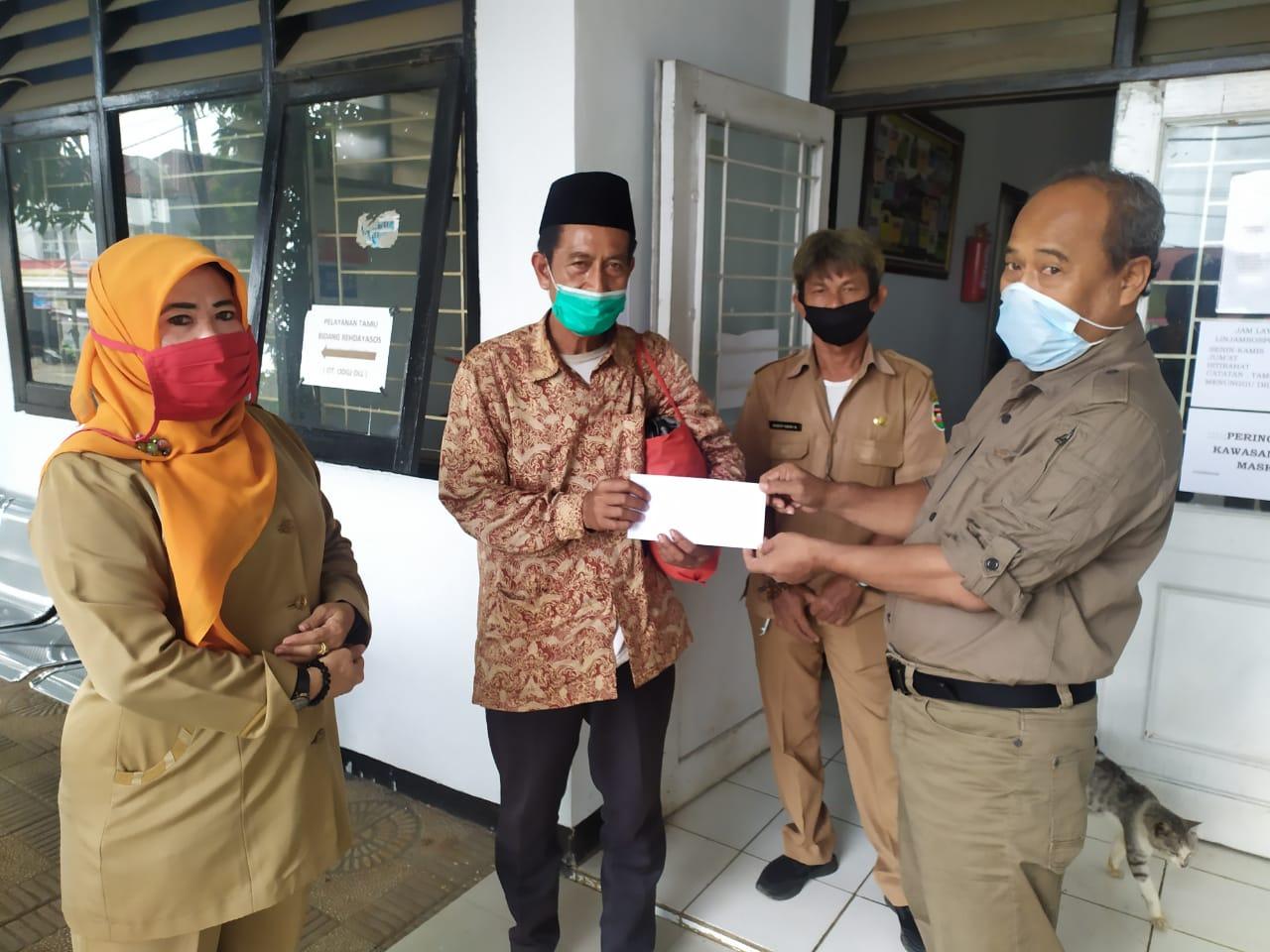 Senin, 21 Desember 2020 Pemberian Bantuan Kepada Orang Terlantar di Kantor DinsosP3A Kabupaten Purwakarta